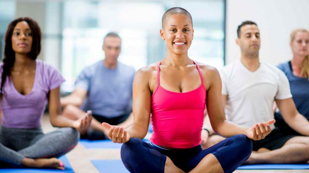 Día Internacional del Yoga meditando
